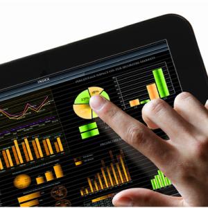 Finger som trykker på et diagram på et nettbrett for å illustrere et ERP-systems brukervennlighet